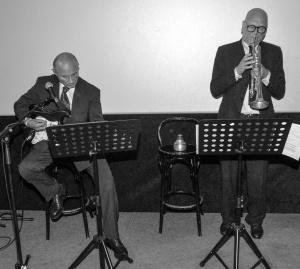 Dritter Tag der oberösterreichischen Kulturvermerke im Stadttheater Gmunden. Dieses Bild zeigt den Gitarristen Alfred Zellinger und den Trompeter Franz Koglmann